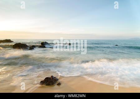 Reisen und Ferien Konzept Hintergrund, schönen tropischen Strand sunrise Meerblick. soft Wave schlagen Sandstrand - Stockfoto