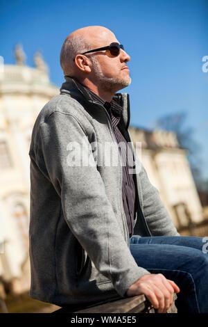 Stilvolle Mann in Sonnenbrille Genießen der Sonne - Stockfoto
