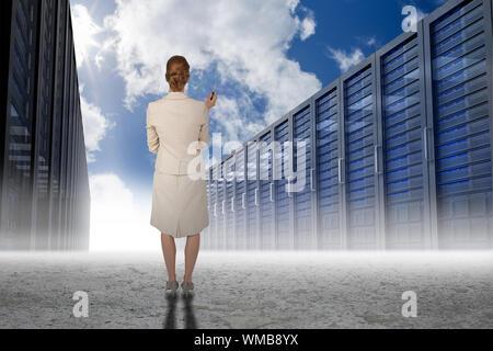 Denken Geschäftsfrau gegen Server Flur in der Wüste - Stockfoto