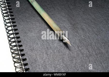 Nahaufnahme der Notizblock mit Kugelschreiber auf dem Tisch - Stockfoto