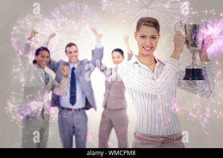 Nahaufnahme von einer Frau mit einem Becher mit Menschen in Anzügen Technologiefeldes gegen buntes Feuerwerk explodierenden auf schwarzem Hintergrund gekleidet - Stockfoto
