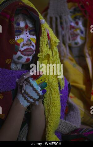Nahaufnahme der Mädchen mit Gesicht Farbe und traditionelle Kleidung Beten zu Hause - Stockfoto