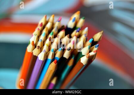 Nahaufnahme Makroaufnahme von neuen und gebrauchten Buntstift haufen Bleistift nibs auf hellen Hintergrund mit kopieren. Büroartikel, Zurück zur Schule - Stockfoto