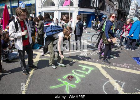 Aussterben Rebellion Demonstranten versammeln sich in Hyde Park Corner weiterhin das Klima Protest durch Marble Arch versammeln in Piccadilly Circus, Großbritannien - Stockfoto