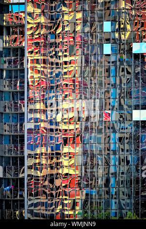 Modernes Bürogebäude in Singapur mit Glasfassade und stark verzerrter Reflexionen von Gebäuden als nahtlose Abstrakt Hintergrund - Stockfoto