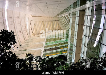 Singapur - 22. Juni 2019: Futuristische abstrakte Decke und Wand der modernen Nationalbibliothek Singapur mit starken architektonischen Detail - Stockfoto