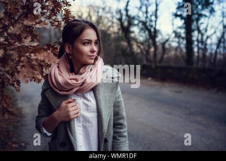 Schöne junge Mädchen. Ausflug in den Wald, in den Bergen. Schöne Natur oberhalb der Felsen und das Meer. Krim, Staroyalitinskaya Straße - Stockfoto