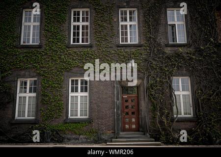 Schöne alte Fenster auf eine Mauer Hintergrund eines alten Hauses. Krakau, Polen - Stockfoto