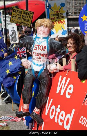 Brexit Demonstrant mit einer aufblasbaren Boris Johnson und eine Nachricht zu unserem Land in Westminster Anschrauben der Tag, nachdem das Parlament die Kontrolle der parlamentarischen Verfahrens zu nehmen und vor der Abstimmung über einen Gesetzentwurf, um zu verhindern, dass das Vereinigte Königreich die EU verlassen, ohne einen Deal Ende Oktober, am 4. September 2019 in London, England, Vereinigtes Königreich. Gestern Premierminister Boris Johnson konfrontiert einen Showdown, nachdem er Rebel konservativen Abgeordneten, die gegen ihn mit Abwahl Abstimmung bedroht, und schwor, für einen Snap Parlamentswahlen zu zielen, wenn Abgeordnete, um die Kontrolle der parlamentarischen Verfahrens zu Al zu nehmen erfolgreich - Stockfoto