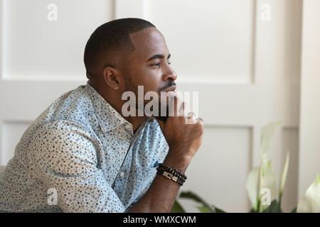 Close up Happy ruhige junge afrikanische amerikanische nachdenklicher Kerl. - Stockfoto