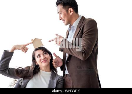 Jungen asiatischen Glück paar liebe Familie sprechen über Haus kaufen und Hauseigentümer Wahl mit Home Plan besprechen. Mitarbeiter der Bank gratulieren, home Loa - Stockfoto