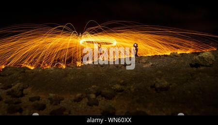 In der Nacht beleuchteten Stahlwolle - Stockfoto
