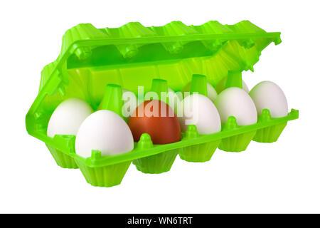 Dutzend Eier weiß und braun oder rot in grün Kunststoff paket auf weißem Hintergrund Nahaufnahme Seitenansicht, umweltfreundliches Design, gesundes Essen - Stockfoto