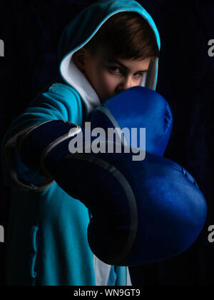 Aggressive Kinder Boxhandschuh, niedrig - Beleuchtung - Stockfoto