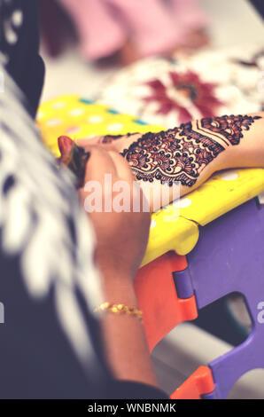 Artist Anwendung Henna Tattoo auf Frauen hand - Stockfoto