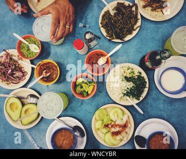 Zugeschnittenes Bild des Menschen in Essen am Tisch - Stockfoto