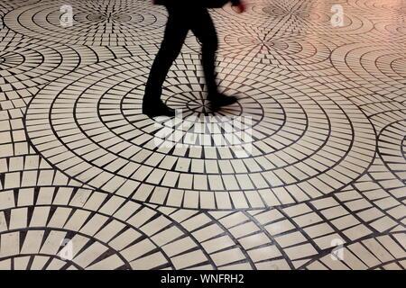 Geringen Teil der Mann zu Fuß auf Fliesenboden