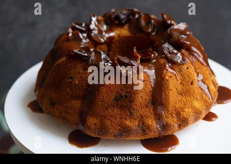 Festliche bundt Cake mit Termine und gesalzen Karamell. Sticky Toffee Pudding Stil - Stockfoto