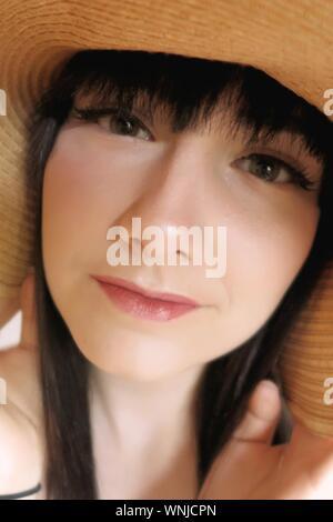 Nahaufnahme Porträt der jungen Frau mit Hut - Stockfoto