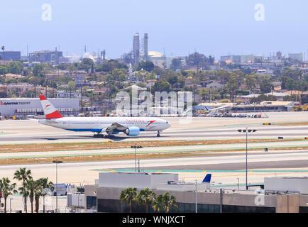 Los Angeles, Kalifornien, USA - 22. Mai 2019: Eine österreichische Flugzeug Airlines wartet auf der Start- und Landebahn am Flughafen Los Angeles für Anweisungen. - Stockfoto