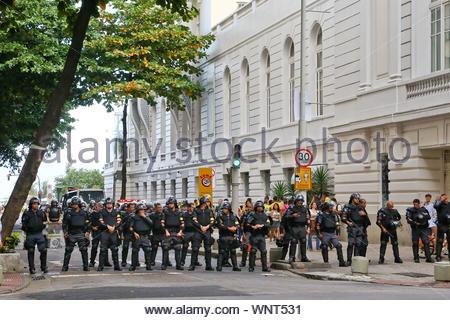 Rio de Janeiro, Brasilien - Proteste auf den Straßen von Rio heute brach nur wenige Stunden vor der Eröffnung der Fußball-WM. AKM-GSI Juni 12, 2014 Diese Fotos zu lizenzieren, wenden Sie sich bitte an: Steve Ginsburg (310) 505-8447 (323) 423-9397 steve@akmgsi.com Sales@akmgsi.com oder Maria Buda (917) 242-1505 mbuda@akmgsi.com Ginsburgspalyinc@gmail.com - Stockfoto