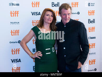 Toronto, Kanada. 6. Sep 2019. Schauspielerin Sharon Horgan (L) und Schauspieler Jason Flemyng posieren für Fotos vor der Weltpremiere des Films 'Military Frauen an Elgin Theater während der 2019 Toronto International Film Festival (TIFF) in Toronto, Kanada, an Sept. 6, 2019. Credit: Zou Zheng/Xinhua - Stockfoto