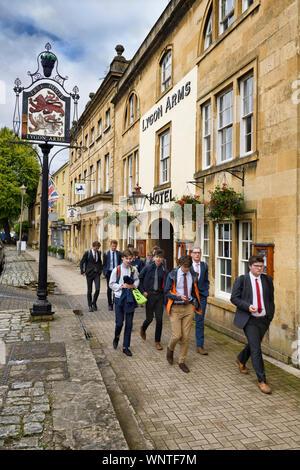 Schüler auf die Mittagspause vorbei 16. Jahrhundert Lygon Arms Hotel an der High Street in Chipping Campden in den Cotswolds England - Stockfoto