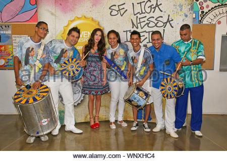 Sao Paulo, Brasilien - glückliches Paar Megan Fox und Brian Austin Green besucht eine Samba Schule am Nachmittag während eines Urlaubs in Sao Paulo, die Sie für die Bilder gestellt und hatten viel Spaß, die Einheimischen an den Kompetenzen, ihre 'capoeira Tanz' angezeigt. Megan trug einen niedlichen Frühjahr ihr Kleid Rot designer Heels matching. AKM-GSI Februar 9, 2013 diese Fotos zu lizenzieren, wenden Sie sich bitte an: Steve Ginsburg (310) 505-8447 (323) 423-9397 steve@ginsburgspalyinc.com Sales@ginsburgspalyinc.com oder Keith Stockwell (310) 261-8649 (323) 325-8055 keith@ginsburgspalyinc.com Ginsburgspalyinc@gmail.com - Stockfoto