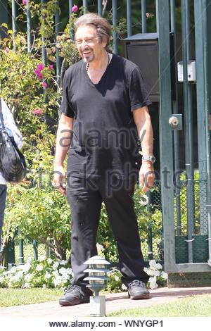 * Exklusive * Beverly Hills, CA - Hollywood sieht Hunderte von Tausenden von Touristen jedes Jahr, alle gespannt, oder sogar unter den berühmten Leben. Leute zahlen top-Dollar 'Star Maps' oder Touren von Prominenten, die Wohnungen zu kaufen. Heute während der Fahrt durch Beverly Hills, einer dieser Busse glücklich genug war, um zu sehen, Al Pacino außerhalb seiner Heimat hängen und nicht zögern, zu stoppen. Der Lüfter lief über Al für Bilder und Händedrücke und die Hollywood Legende war glücklich zu verbinden. GSI Medien Juni 25, 2009 Steve Ginsburg 310 505-8447 323 423-9397 323 656-2486 Keith Stockwel - Stockfoto