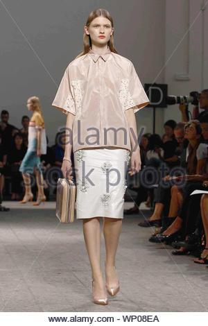 [Nur USA] Mailand, Italien - Modelle N 21 Frühjahr/Sommer Kollektion 2013 von Mailand Fashion Week in Italien zur Schau. AKM-GSI September 19, 2012 [nur USA] Diese Fotos zu lizenzieren, wenden Sie sich bitte an: Steve Ginsburg (310) 505-8447 (323) 4239397 steve@ginsburgspalyinc.com Sales@ginsburgspalyinc.com oder Keith Stockwell (310) 261-8649 (323) 325-8055 keith@ginsburgspalyinc.com Ginsburgspalyinc@gmail.com - Stockfoto