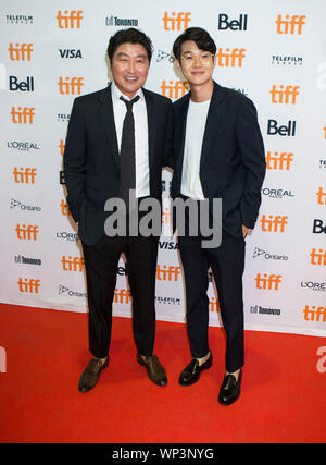 Toronto, Kanada. 6. Sep 2019. Schauspieler Choi Woo-shik (R) und Song Kang-ho posieren für Fotos vor den kanadischen Premiere des Films 'Parasit', Ryerson Theater während der 2019 Toronto International Film Festival (TIFF) in Toronto, Kanada, Sept. 6, 2019. Credit: Zou Zheng/Xinhua - Stockfoto