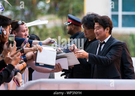 Toronto, Kanada. 6. Sep 2019. Schauspieler Song Kang-ho (R) und Regisseur Bong Joon-ho (2. R) nehmen an der kanadischen Premiere des Films 'Parasit', Ryerson Theater während der 2019 Toronto International Film Festival (TIFF) in Toronto, Kanada, Sept. 6, 2019. Credit: Zou Zheng/Xinhua - Stockfoto