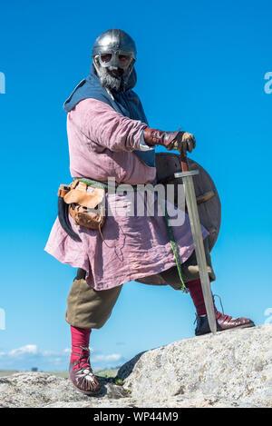 VIKING auf den Felsen mit Rüstung - Stockfoto