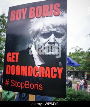 Sheffield, Großbritannien. 7. September 2019. Eine Plakette zeigt das Gesicht von Großbritanniens Premierminister Boris Johnson bei einem Protestmarsch in Sheffield, England, am 7. September 2019. (Credit: Ioannis Alexopoulos/Alamy leben Nachrichten