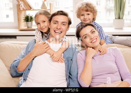 Junge fröhliche Familie von Vater, Mutter und zwei süße Geschwister - Stockfoto
