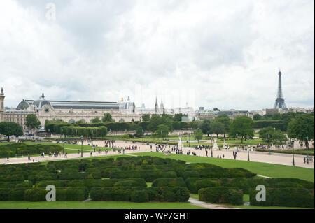 Der Jardin des Tuileries ist ein im französischen Stil gehaltener ehemaliger Barock-Schlosspark beim Louvre in Paris. Die Parkanlage erstreckt sich vo - Stockfoto