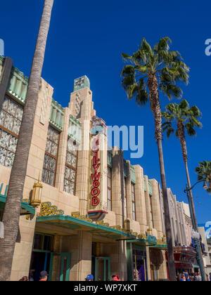 Blick von Kaliforniens berühmten Disneyland und California Adventure Theme Parks in Anaheim. Disneyland ist einer der bekanntesten Familie Reiseziele. - Stockfoto