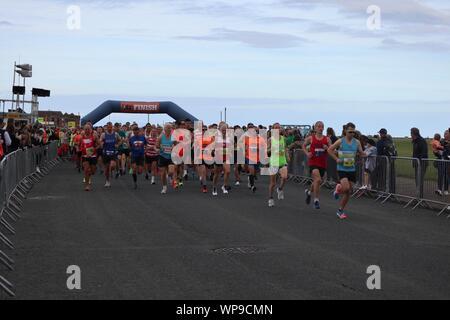 New Brighton, Wirral, Großbritannien. 8. Sep 2019. Start des Rennens 1500 Läufer auf dem Wirral Halle Marathon und 10k-Credit start: Fotografieren_Nord/Alamy leben Nachrichten - Stockfoto