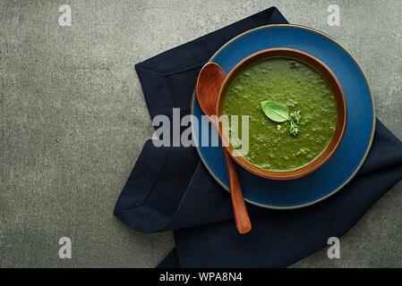 Essen Frühjahr gesunde Mahlzeit. Grüne cremige Suppe mit Gemüse und Kräutern - Stockfoto