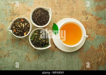 Tasse Tee mit trockenen Kaffee Sammlung von verschiedenen Typen - Classic Schwarz und grüner Tee Aroma - Stockfoto