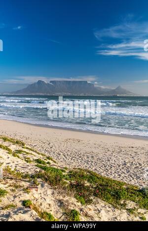 Bloubergstrand Strand mit dem Tafelberg im Hintergrund, Cape Town, Western Cape, Südafrika - Stockfoto