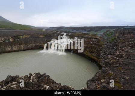 Wasserfall in der isländischen Landschaft - Stockfoto