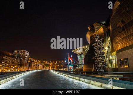 Nachtansicht des Guggenheim Museum mit der Skulptur hohen Baum und das Auge von Anish Kapoor, Bilbao, Baskenland, Spanien - Stockfoto