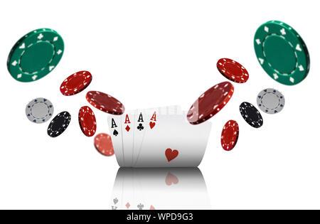 Nahaufnahme von vier Asse und bunten Chips, die auseinander fliegen, auf weißem Hintergrund. Spielende Unterhaltung, Poker, Casino Konzept. - Stockfoto