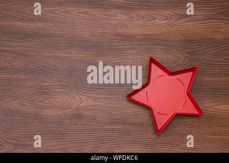 Rot gefärbten sternförmigen Platten auf isolierte Holz- Hintergrund, Essen mockup - Stockfoto
