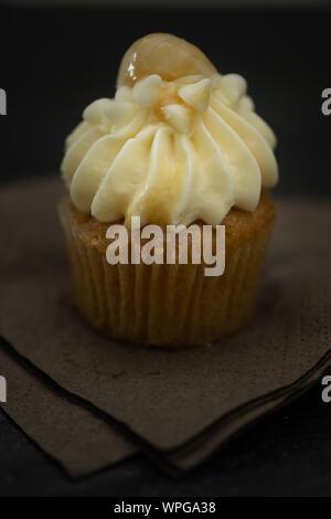 Leckere mini Cupcakes auf einen klassischen Hintergrund, süßer Nachtisch für Weihnachten, Neujahr und Valentine Holliday. - Stockfoto