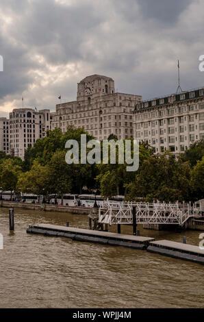 Shell Mex Haus gesehen von der Waterloo Bridge in London. Stockfoto