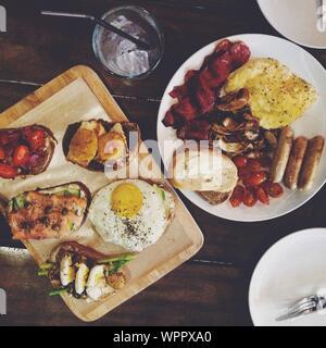 Draufsicht auf englisches Frühstück auf Holztisch - Stockfoto