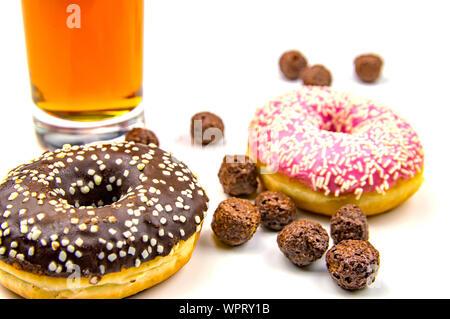 Runde Kekse mit Schokolade Puderzucker bestreut mit weißen Krümel. Essen und Getränke. - Stockfoto