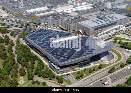 Blick auf die BMW Welt Showroom und Werk aus dem Olympiaturm (Olympic Tower), München, Bayern, Deutschland. - Stockfoto